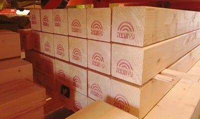 חבילות עץ במחסן עץ ועצה