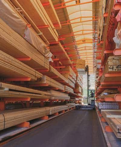 קורות עץ אורן במחסן עץ ועצה