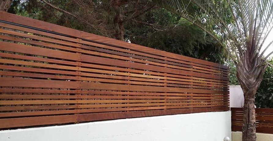 לתכנן גדר עץ ולצאת בחיים