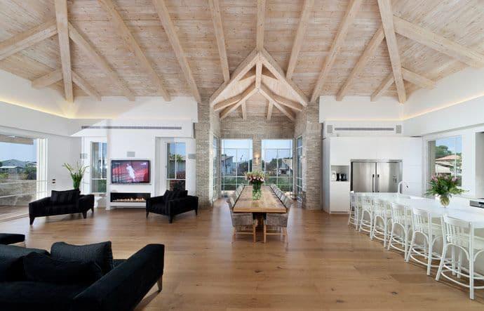 בית עם פרקט מעץ מלא