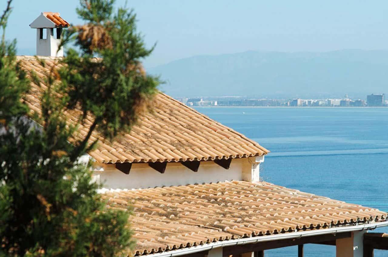 גג רעפים לבית המשקיף על נוף הים הפתוח