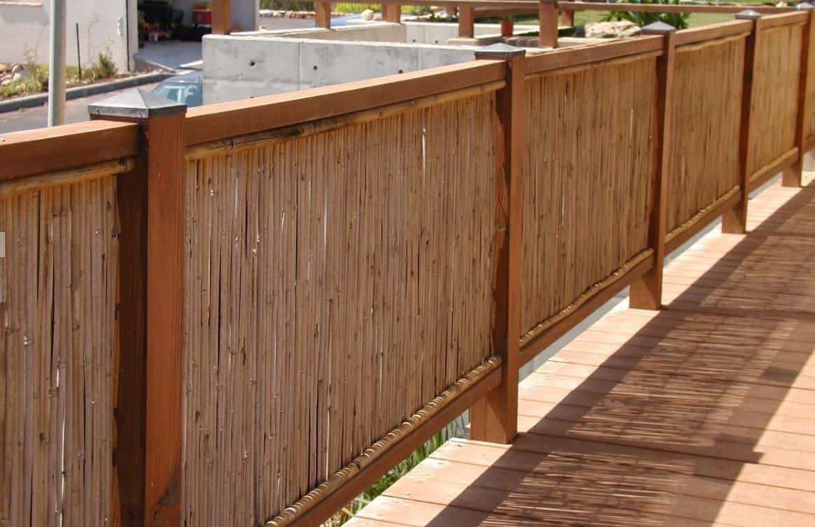 גדר ממחצלות במבוק ומסגרת עץ אורן
