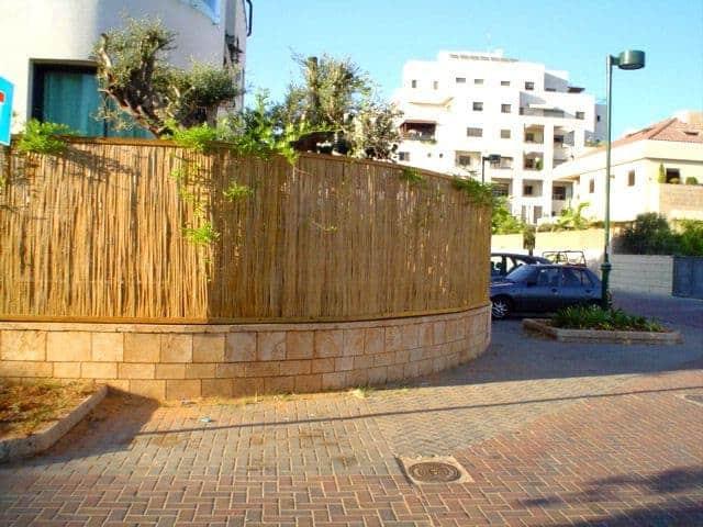 גדר במבוק עם מסגרת עץ