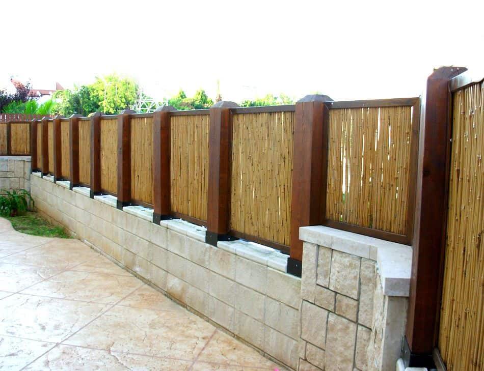 גדר במבוק משולבת עמודי עץ גושני