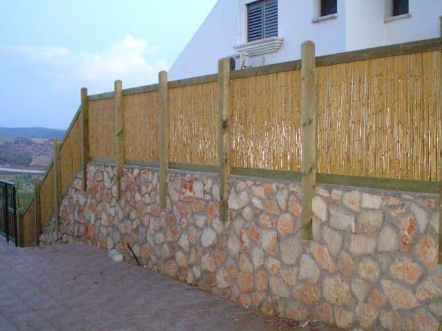 גדר מבמבוק ועמודי עץ