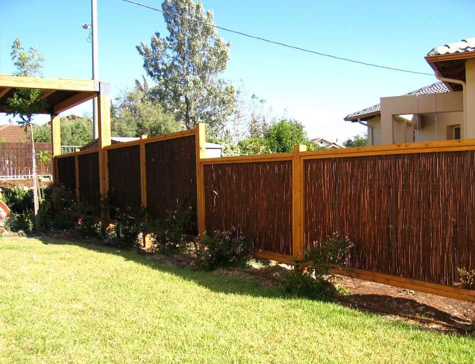 גדר עץ משולבת עם מחצלות ערבה