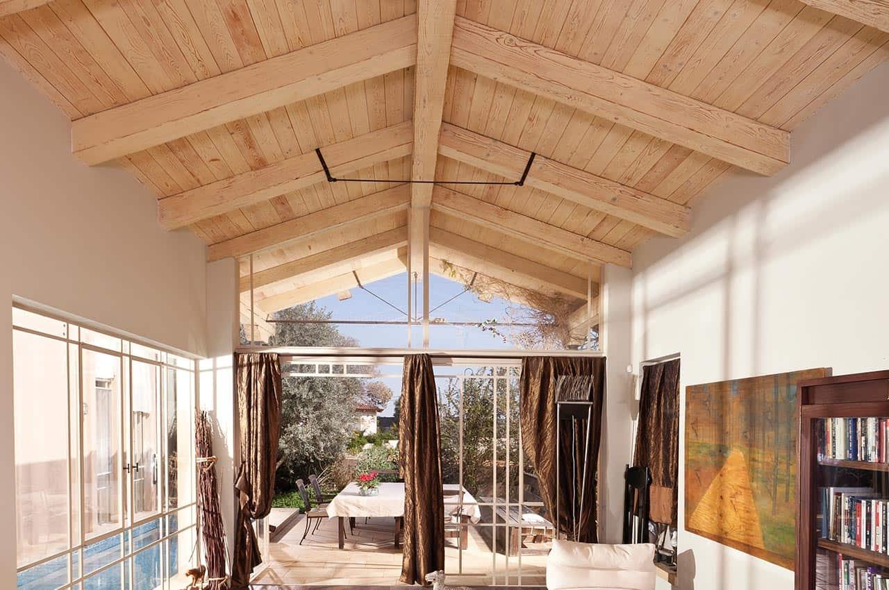 חיפוי עץ פנימי לגג הבית