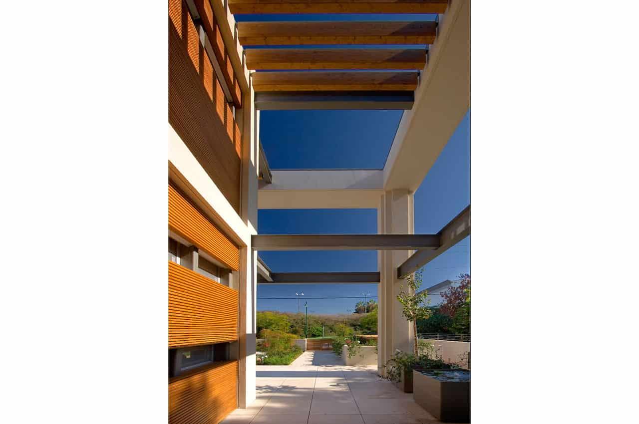 פרגולה מעץ  משולבת בבית בסגנון מודרני