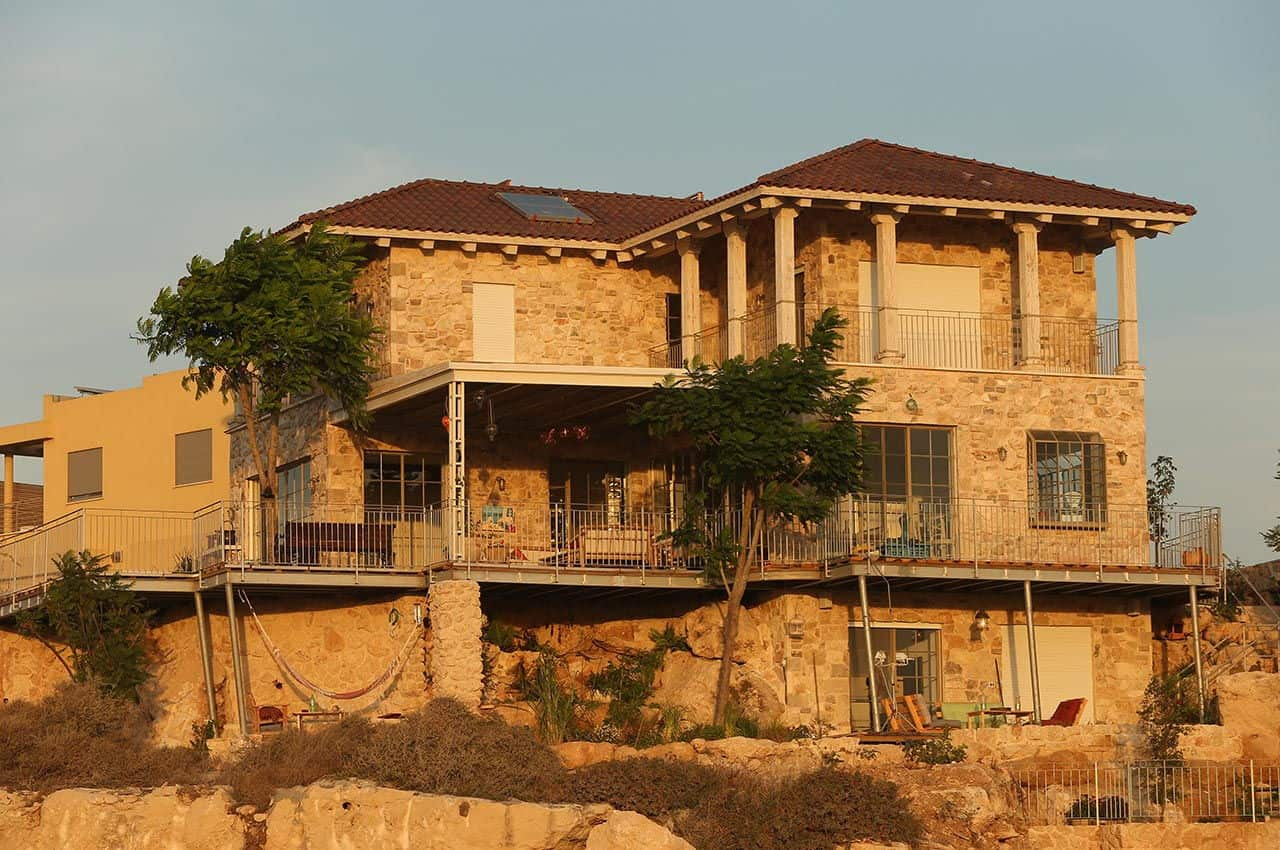 בית עם חיפוי פנימי לגג