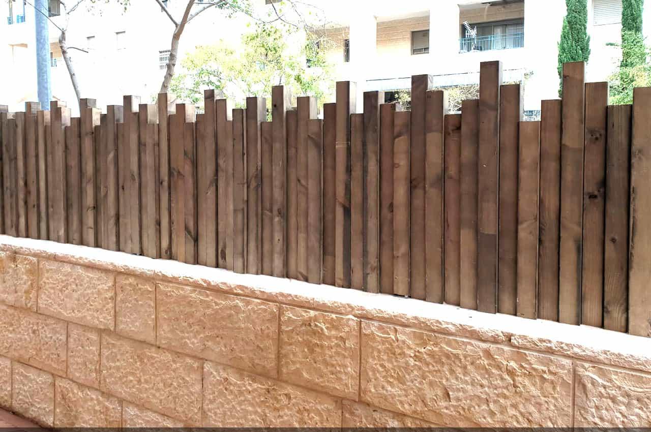 גדר לחצר מעץ אורן