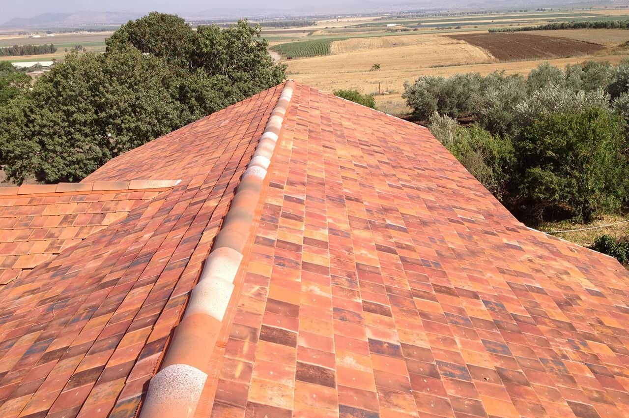 גג רעפים בגוון כפרי