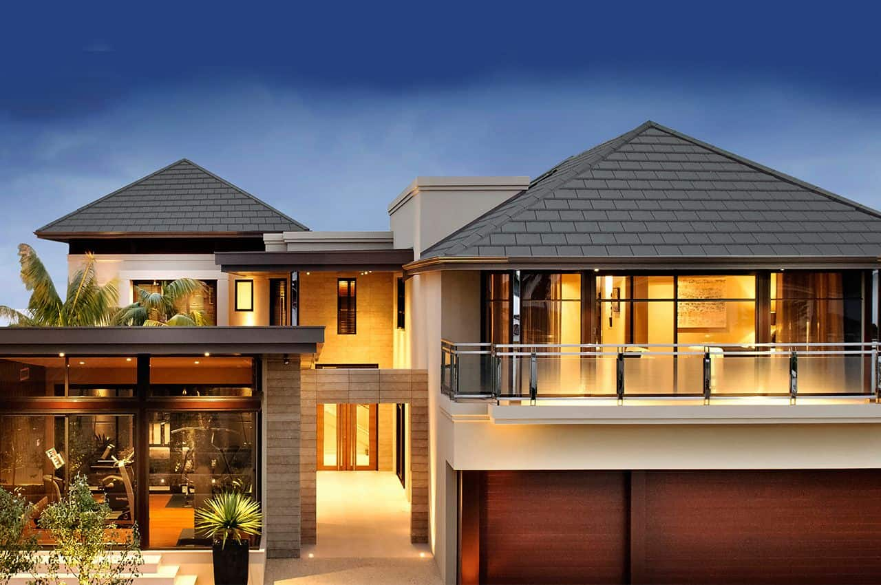בית פרטי עם גג רעפים בלילה