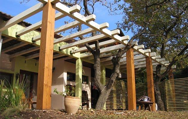 פרגולת קורות עץ איכותי לחצר