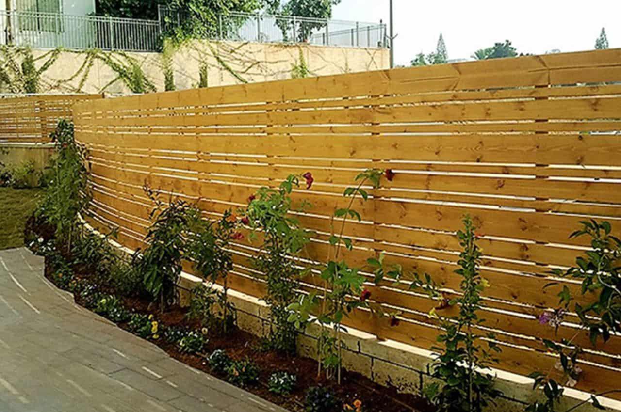גדר עץ לגינה מעץ אורן רוחבים משתנים