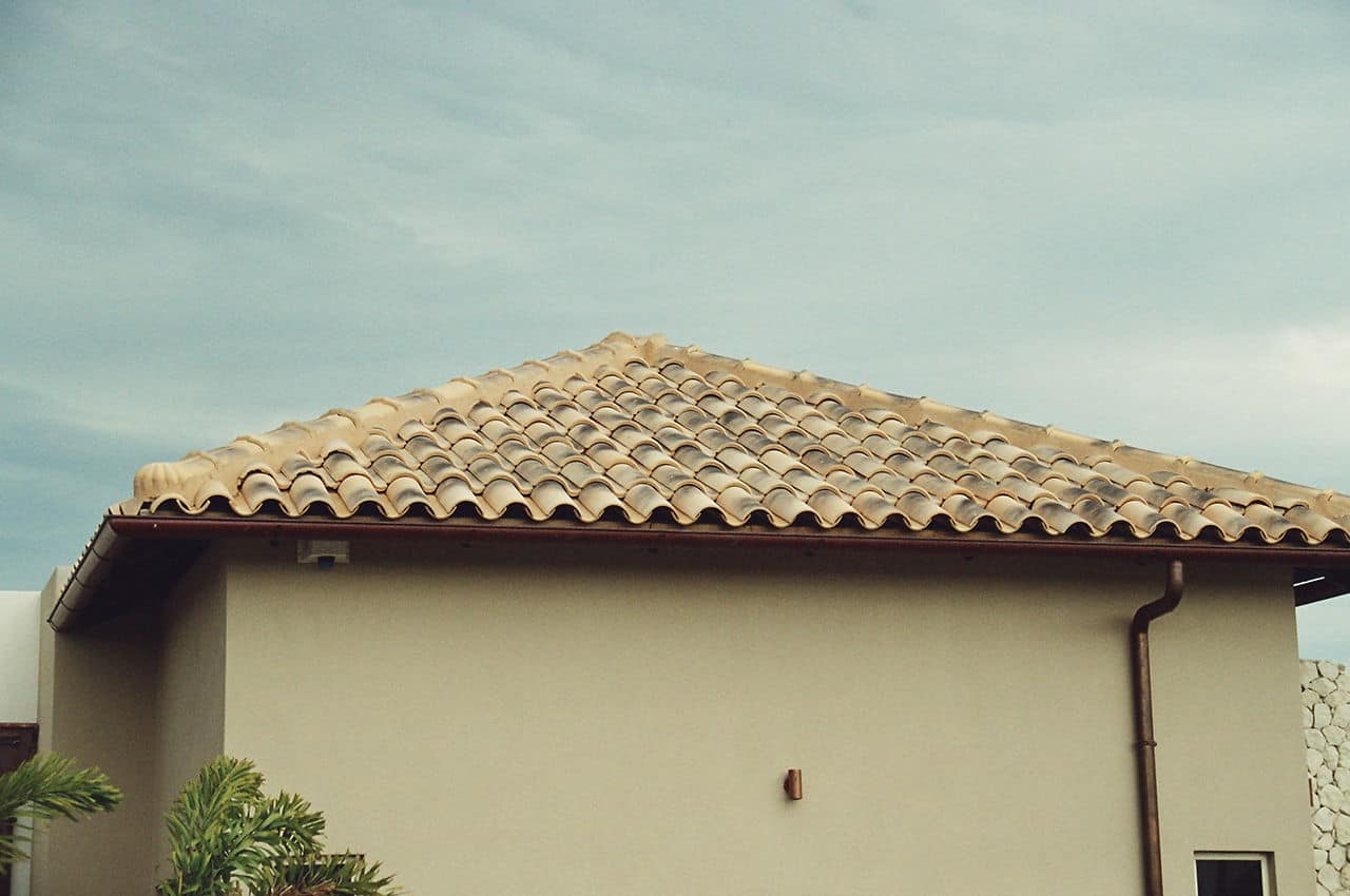 גג רעפים ביתי עם מרזב
