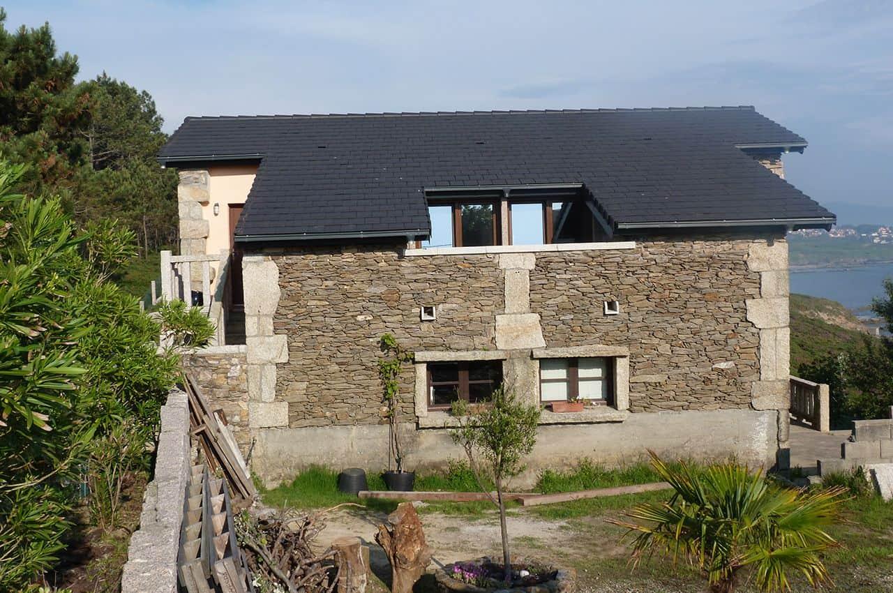 גג רעפים כהים בסגנון כפרי