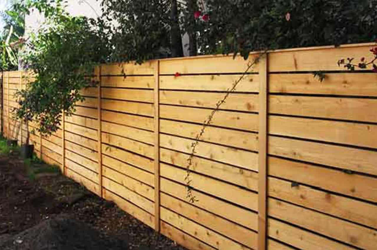 גדר עץ אורן בסגנון כפרי