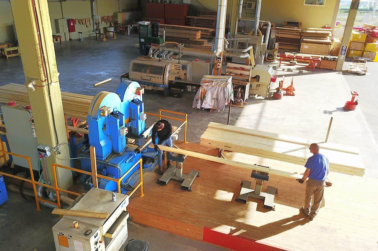 חיתוך קורות העץ במפעל עץ ועצה