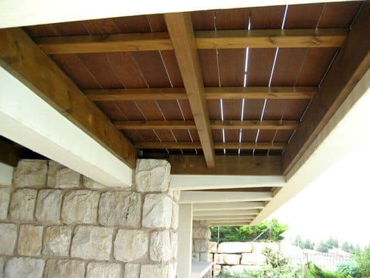 חיפוי פרגולה מעץ איפאה משמש כדק בקומה מעל