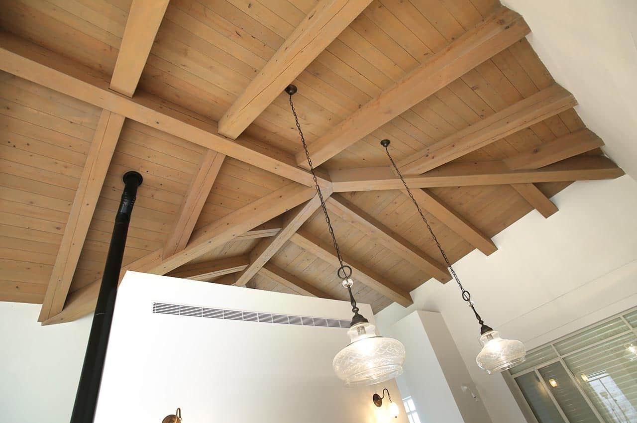 חיפוי תקרה לגג רעפים עץ המלוק מוברש