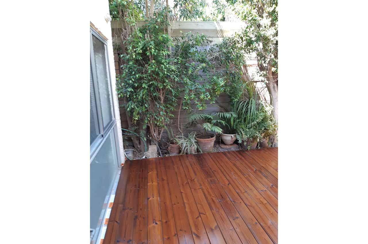דק מעץ לחצר בית פרטי