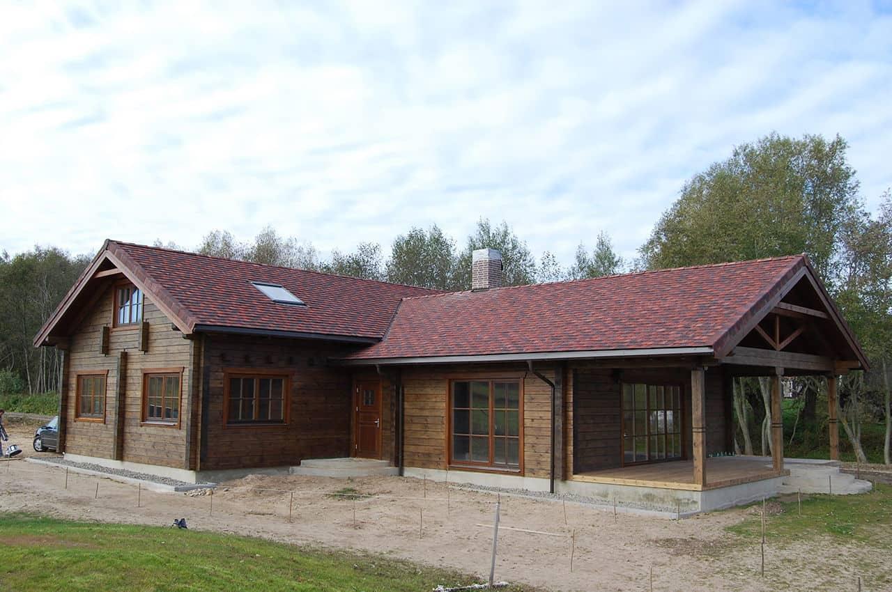 גג רעפים לבקתת עץ כפרית