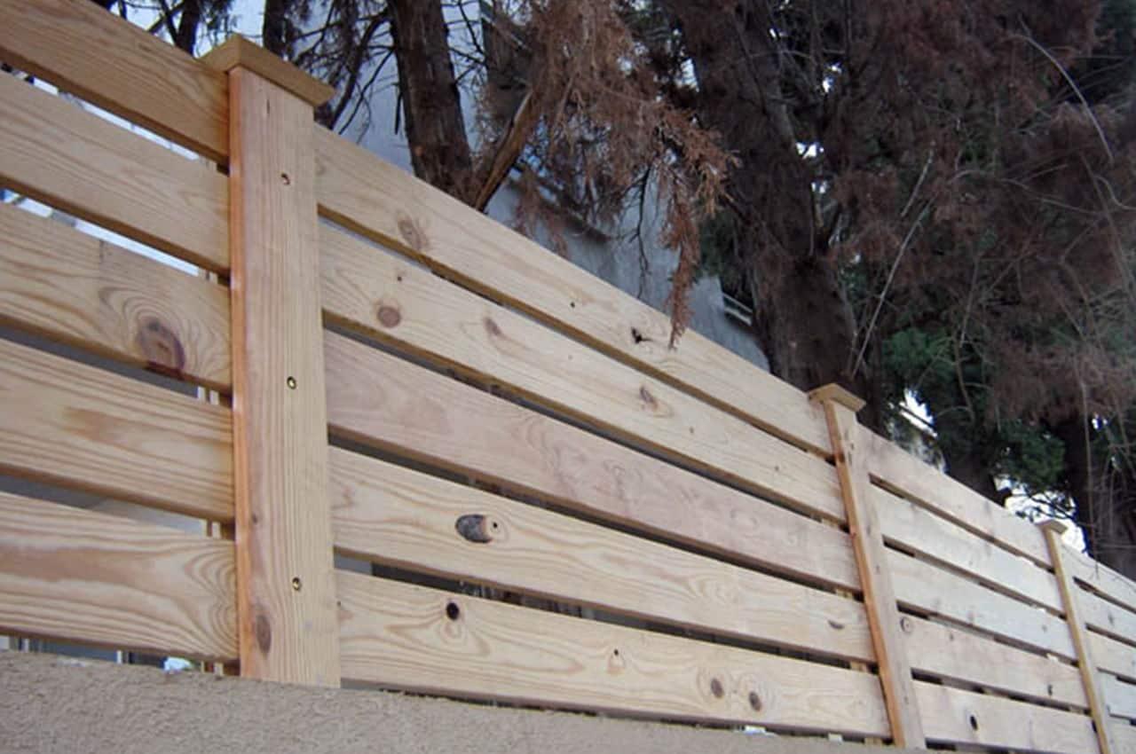 גדר עץ אורן לחצר
