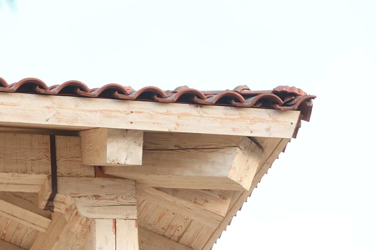 בניית גג רעפים עם קורות עץ