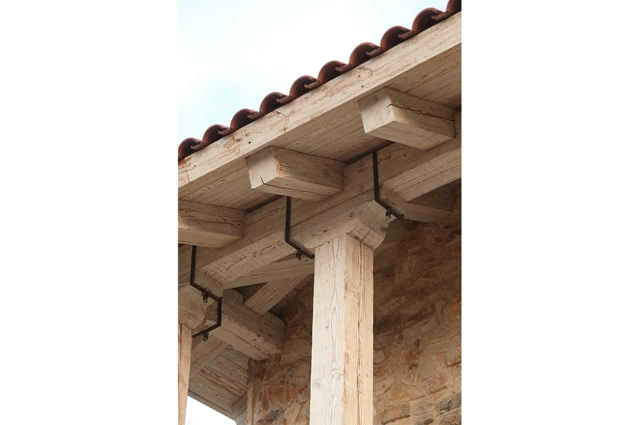 גג רעפים עם קורות עץ