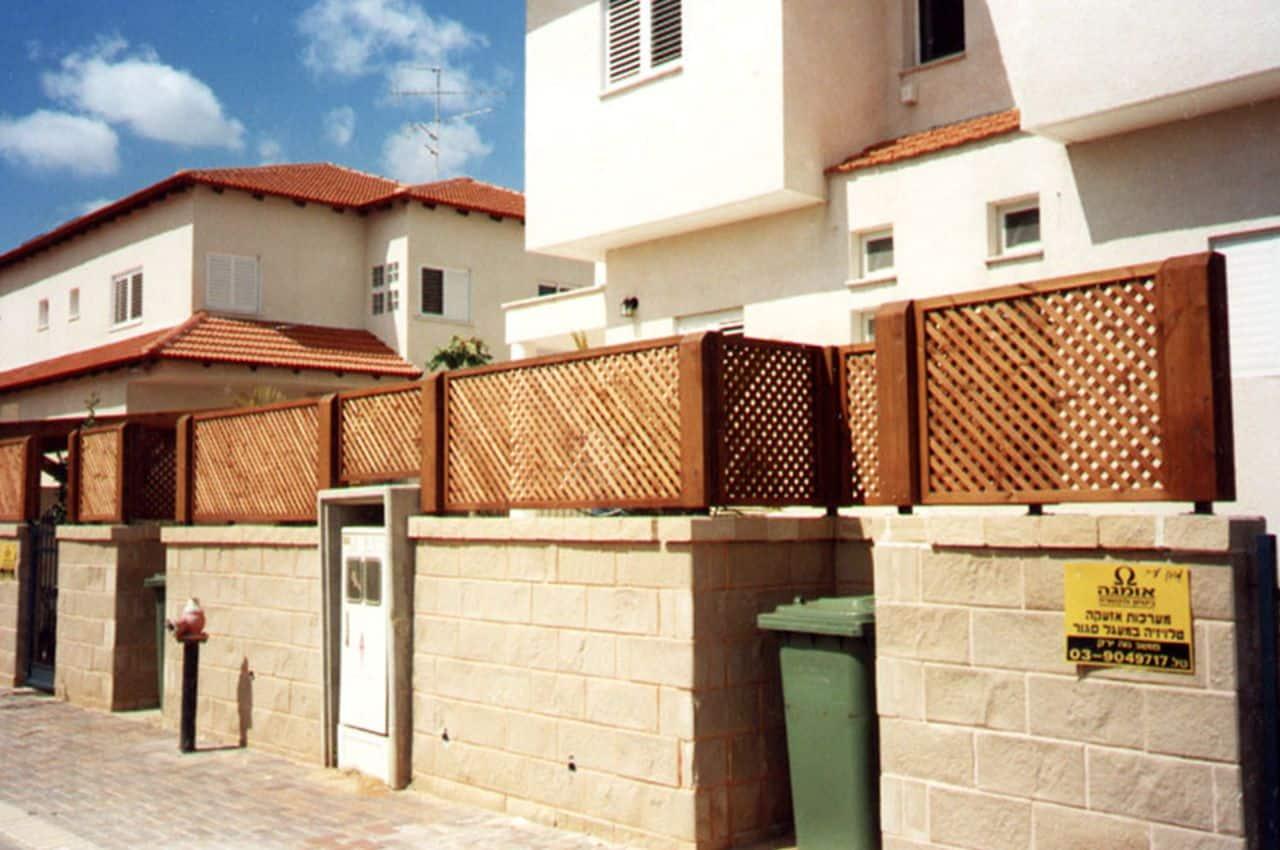 גדר עץ אורן לבית פרטי