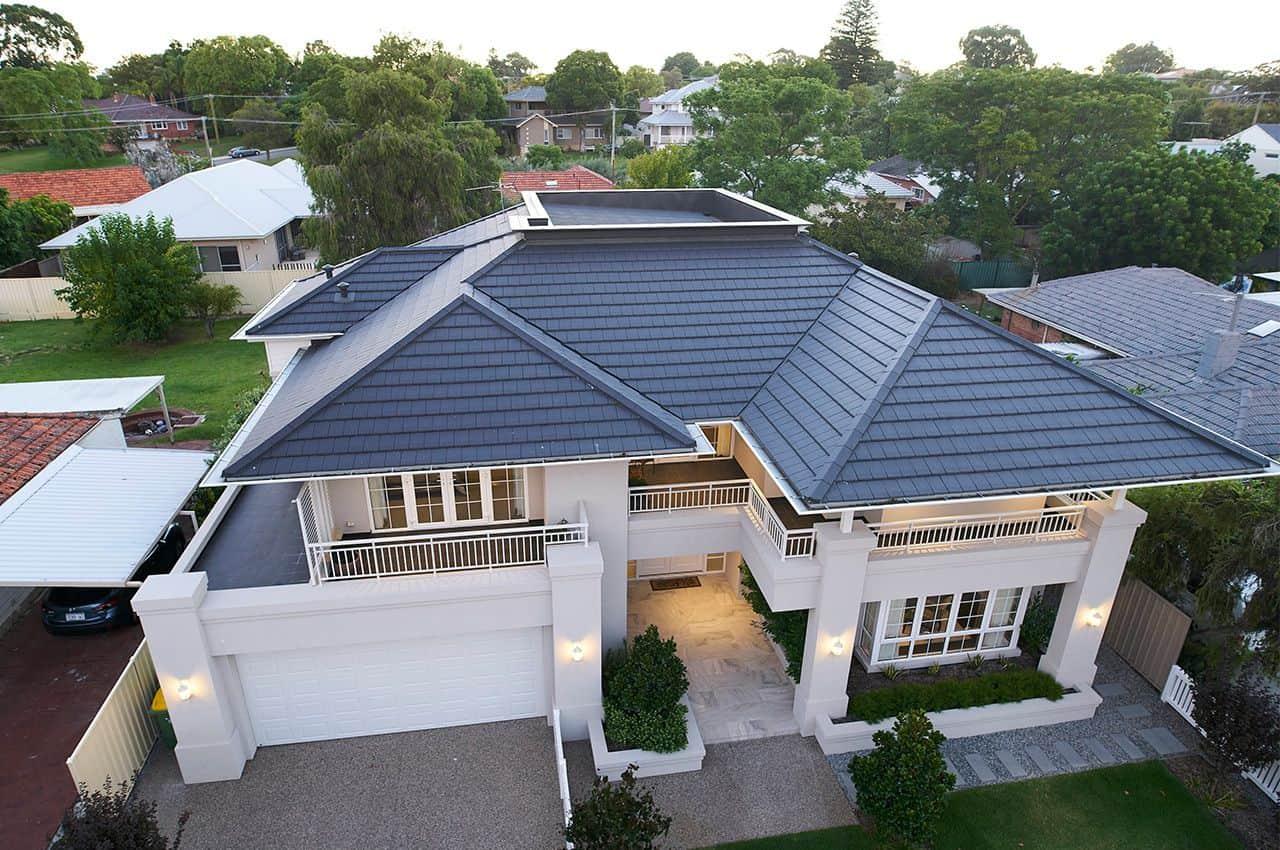 בית עם גג רעפים מבט על