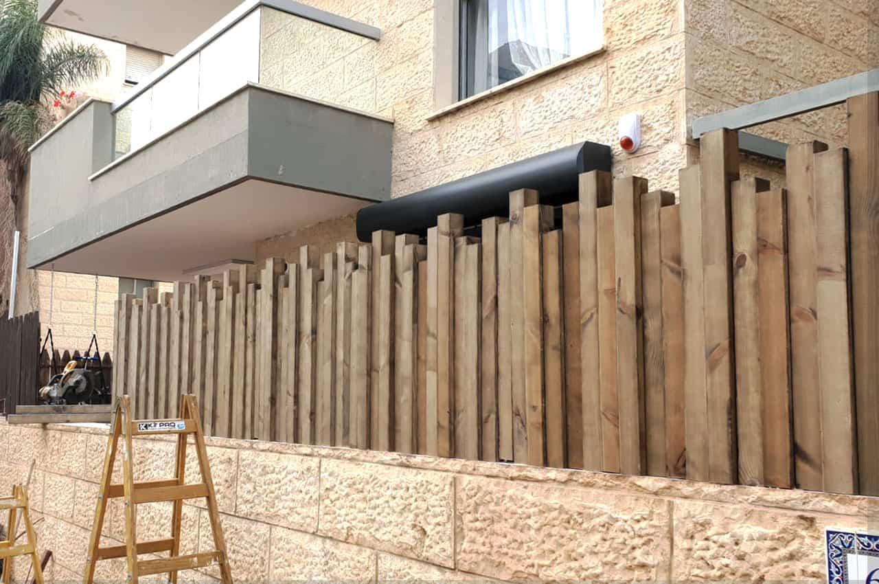 גדר עץ אורן לחצר בית פרטי