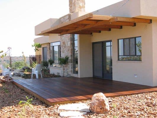 בית עם דק עץ בגינה