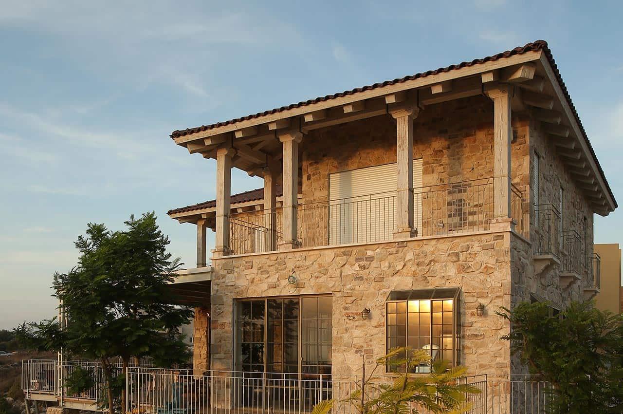 בית אבן עם גג רעפים