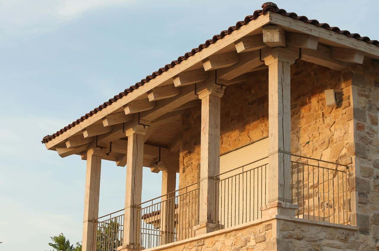 גג רעפים מעל מרפסת ביתית