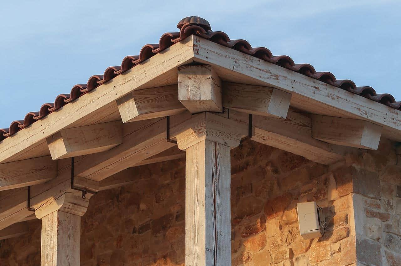 גג רעפים - קורות עץ דוגלס