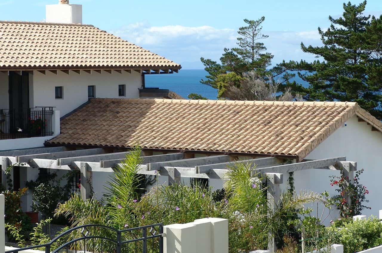 מבנה כפרי עם גג רעפים