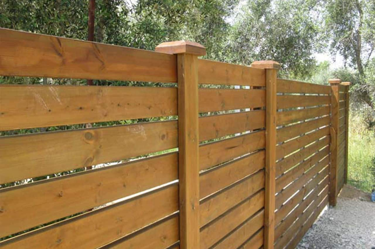גדר עץ אורן בסגנון קלאסי
