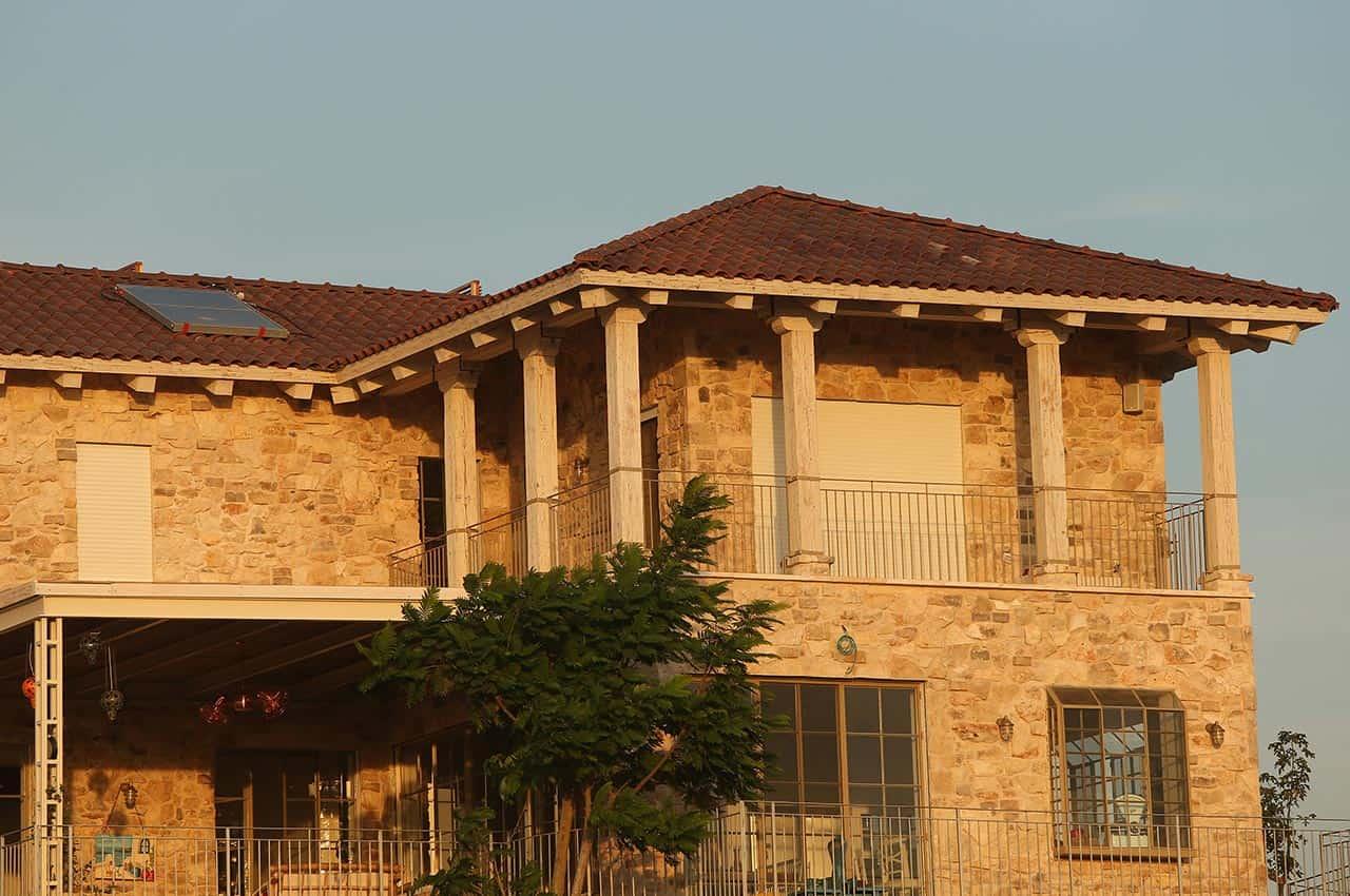 מבנה עם גג רעפים אדומים