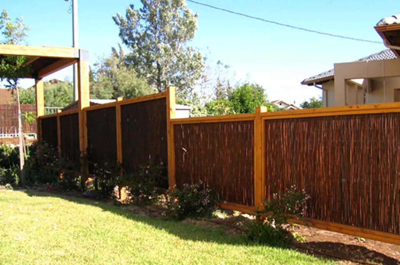 גדר לגינה מעץ אורן בשילוב קנים