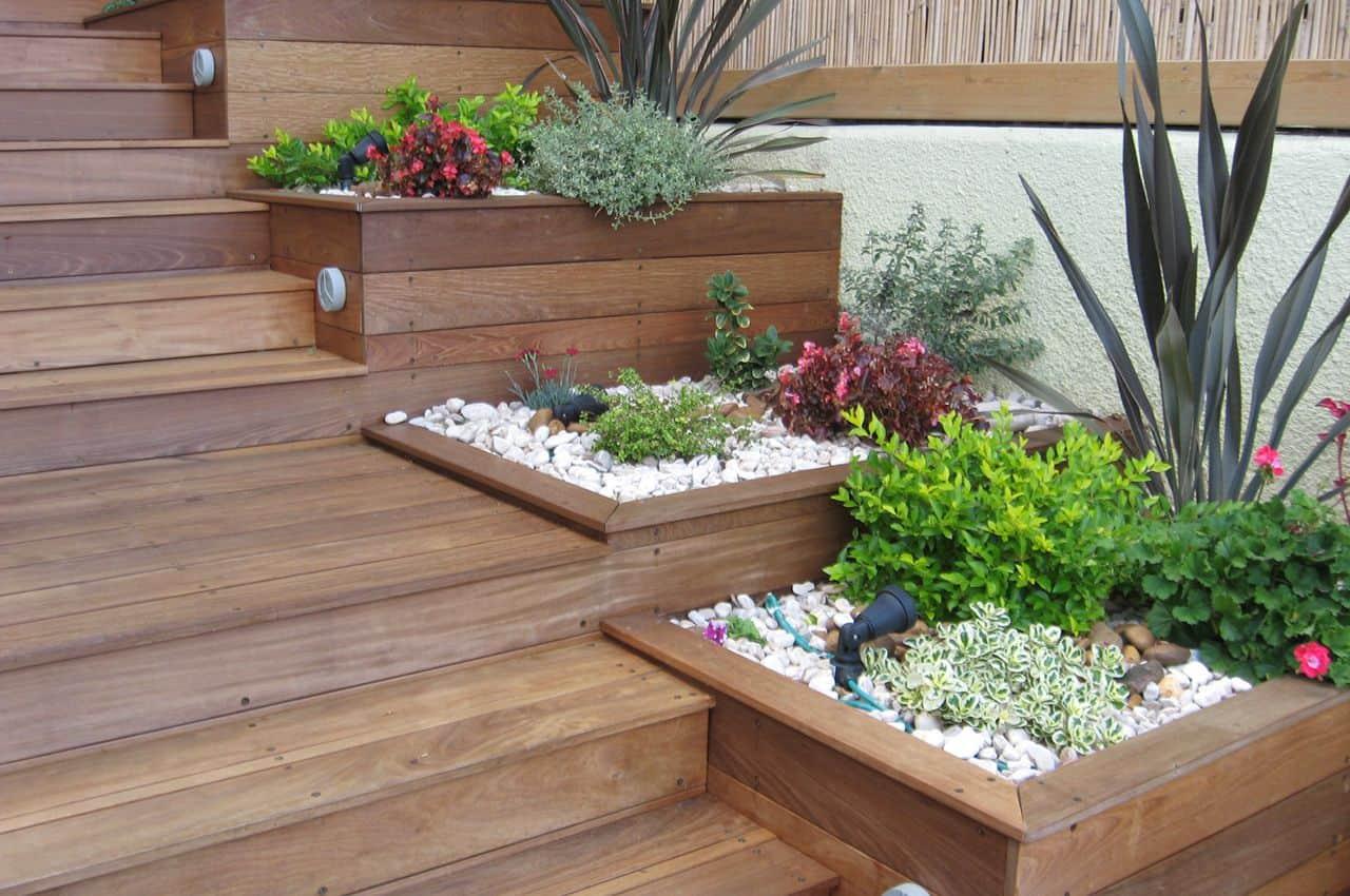 מדרגות מעץ איפאה טבאקו וברגים בציפוי קרמי חום