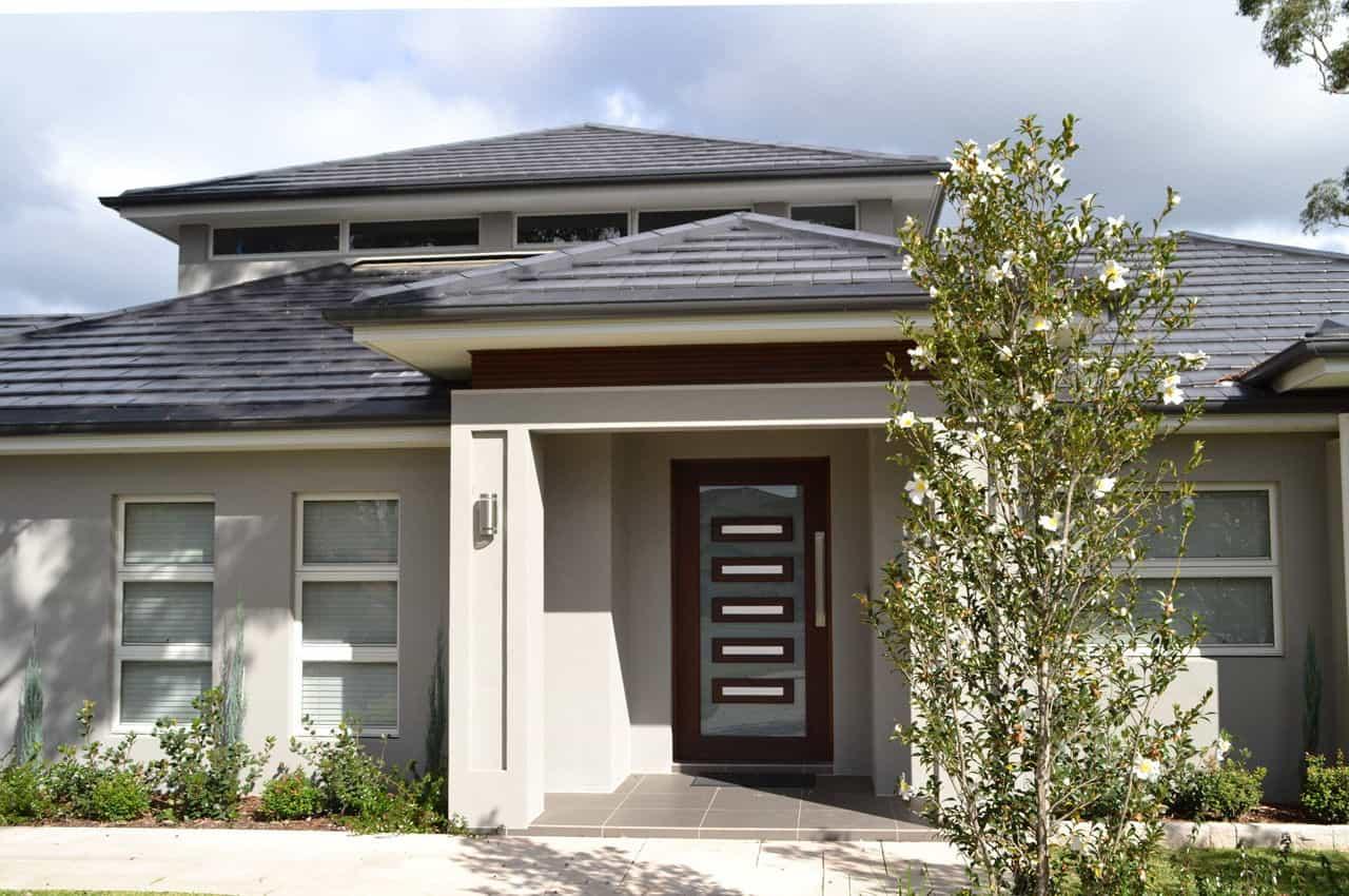 כניסה לבית עם גג רעפים