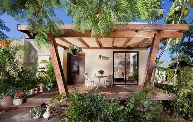 בית פרטי עם פרגוללה מעץ לגינה