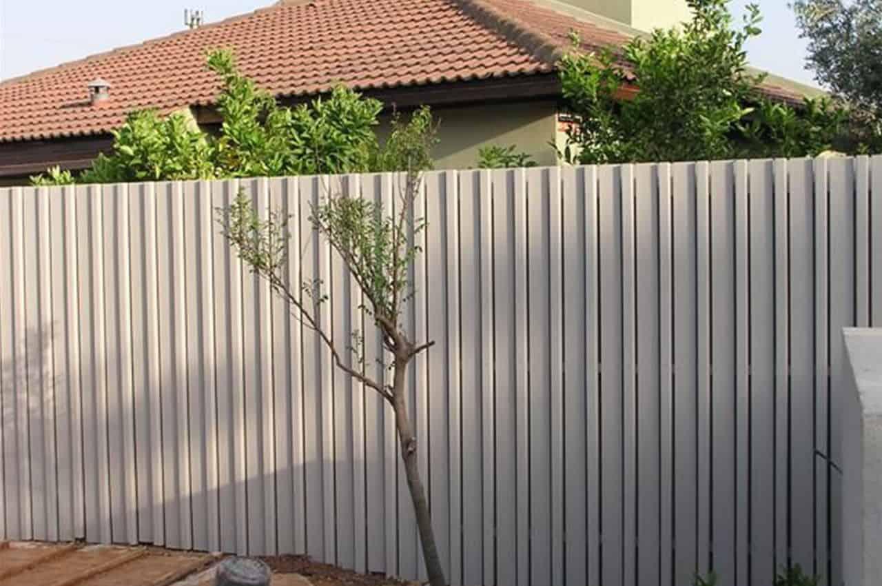 גדר עץ אורן לבנה לחצר הבית