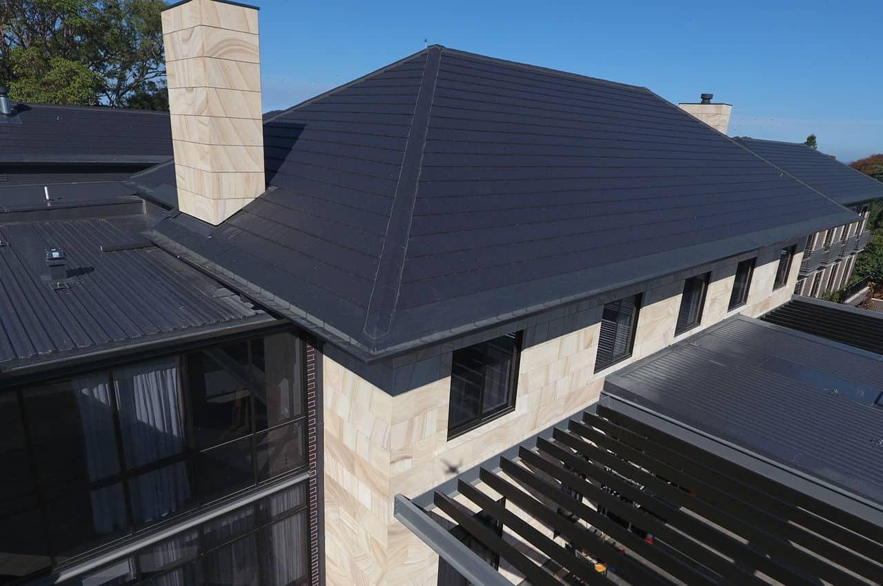 בית עם גג רעפים כהה מבט על