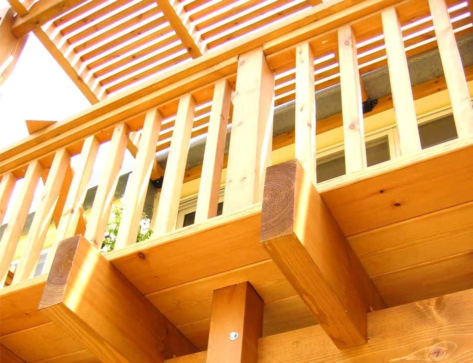 מעקה למרפסת מעץ אורן