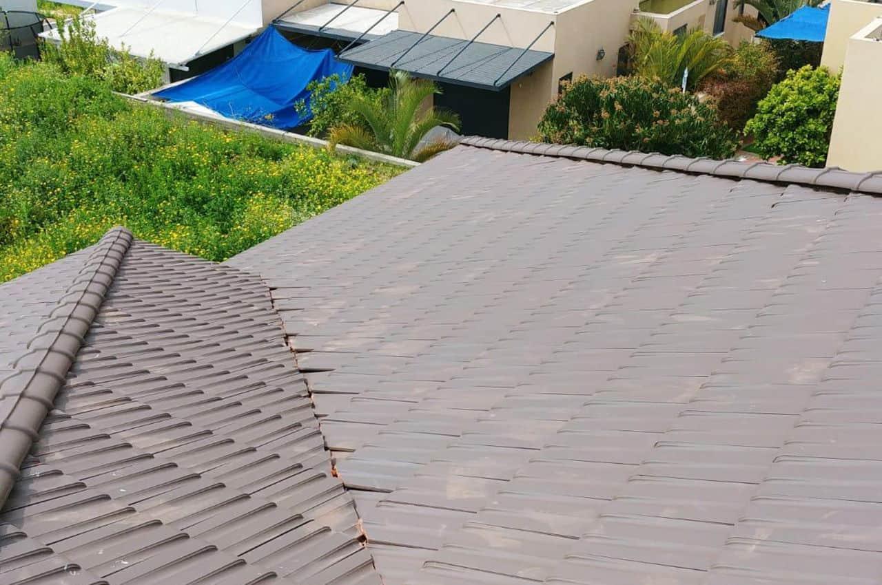 גג רעפים מודרני עם שיפוע לבית