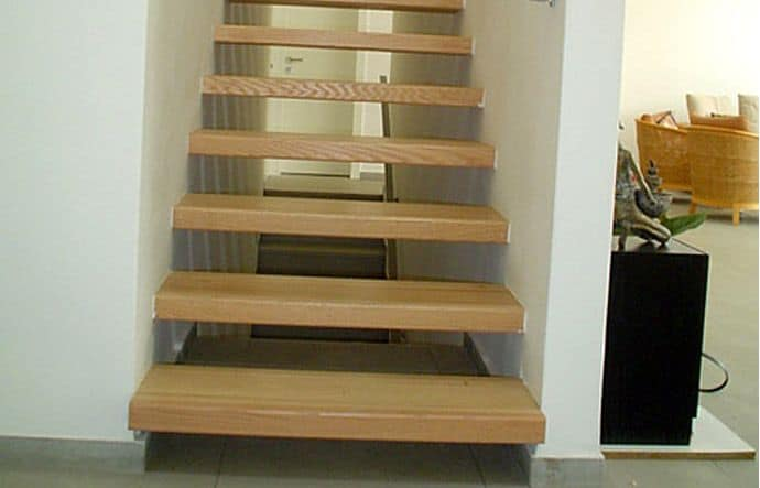 מדרגות מעץ אלון